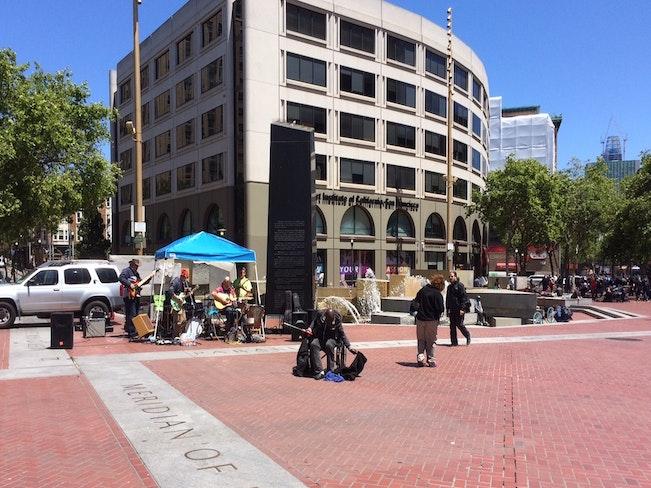 Un plaza band plus wheelchair guy